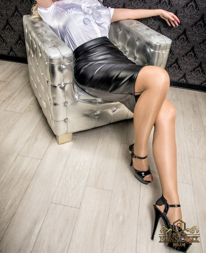 Nadine SIXX Weiße Satinbluse und schwarzer Lederrock