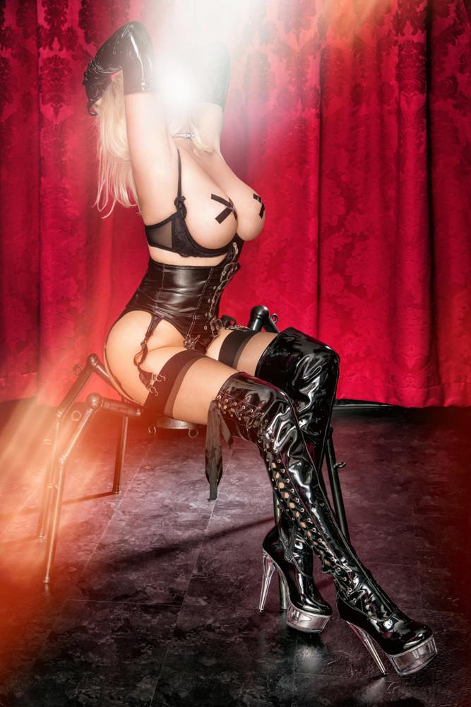 Nadine SIXX und die schwarzen Lackstiefel