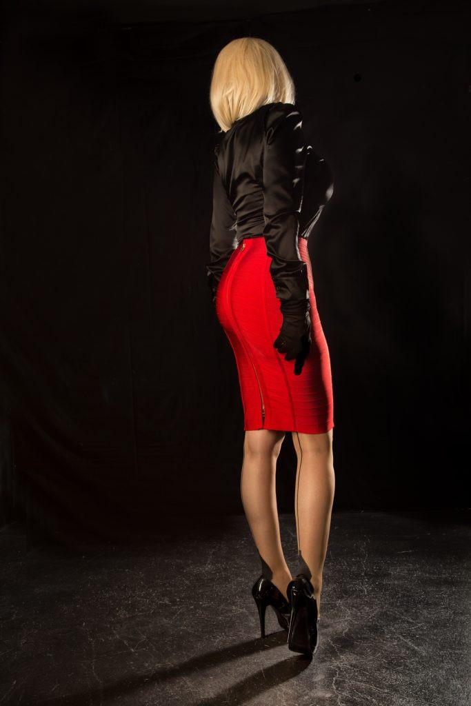 Nadine SIXX mit schwarzer Satinbluse und rotem Rock